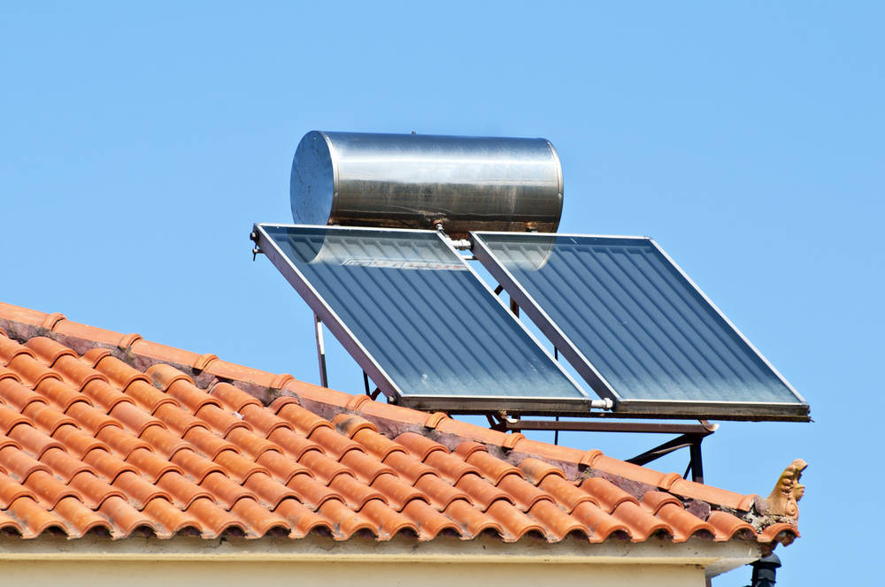 Una placa solar en el tejado de casa